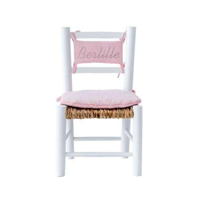 Chaise en paille enfant et coussin rose pâle
