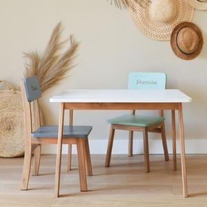 Découvrez notre kit maternelle composé d'une table et de deux chaises maternelles gravées du coloris de votre choix. Parfait pour les sessions coloriages ou dessin !  Le lien du kit est dans la bio 😉 . . . . #tableenfant #bureauenfant #chaisepersonnalisée