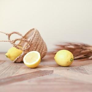 Avec ce beau temps on n'a qu'une envie : prolonger le weekend en appréciant un bon jus de fruits frais au soleil !  . . . . #soleil #farniente #citron #lemon