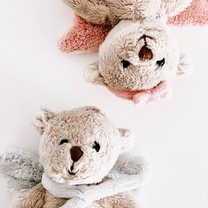 Aujourd'hui, on célèbre la journée mondiale des nounours ! Ce petit ours en peluche est depuis toujours le doudou préféré des enfants !  On a pensé à 3 façons de célébrer cette journée : 1- Offrir un ours en peluche à un enfant 2-  Lire une histoire dont un ours est le héros  3- Manger des oursons en guimauve  Laquelle allez-vous choisir ? 😉 . . . . #tendresse #oursenpeluche #doudou
