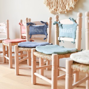 De nouveaux coloris de coussins pour nos chaises en paille traditionnelles sont disponibles. Allez-vous trouver votre bonheur ?  Commandez dès à présent sur le site internet, lien dans la bio 😉 . . . . #chaisepaille #chaiseenfant #chaiseboheme #deco